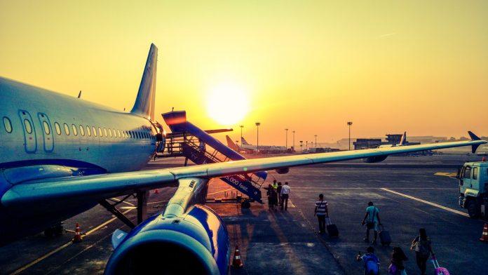 vliegtuig in de avond