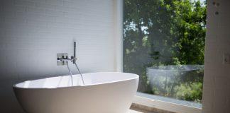 bad in badkamer met uitzicht
