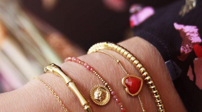 armbanden met rode steentjes