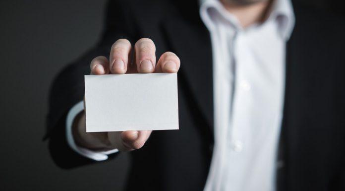 man met visitekaartje