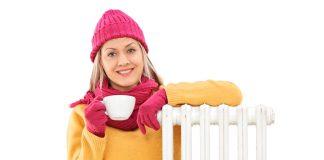 vrouw bij de verwarming