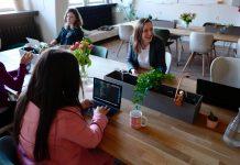 vrouwen werken samen op kantoor