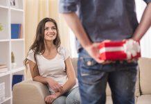 man die cadeau geeft aan vrouw